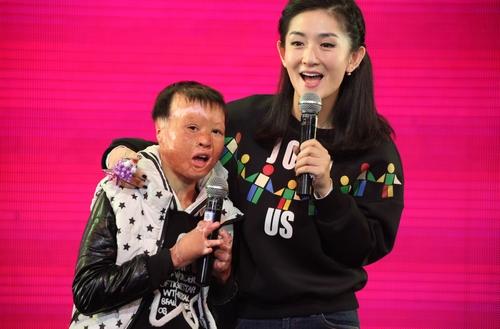 谢娜与孩子唱歌
