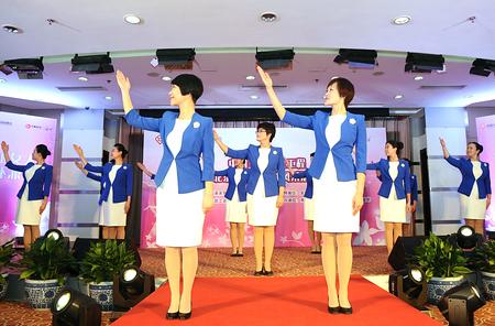 礼仪培训老师身着职业装走上舞台