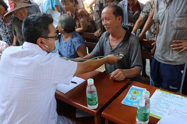 图四:医生在为村民听诊