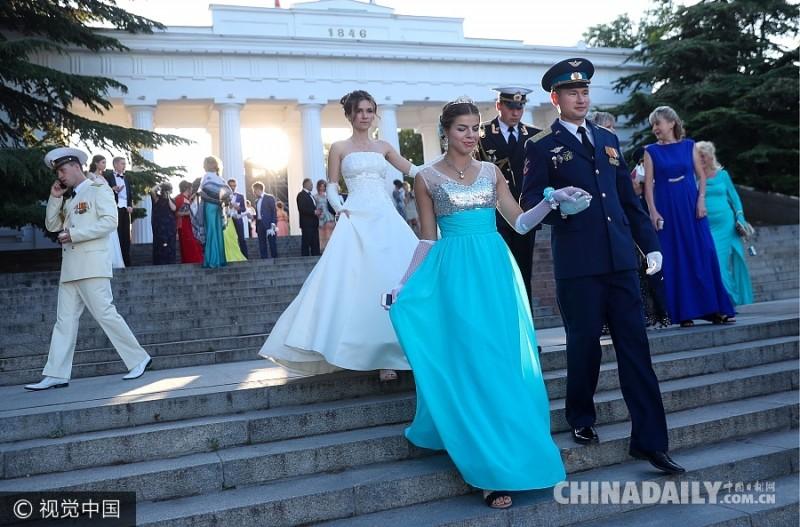 当地时间2017年6月11日,克里米亚半岛塞瓦斯托波尔,当地举行以俄罗斯诗人米-莱蒙托  夫小说《当代英雄》为主题的第4届慈善士官舞会。士官与女伴翩翩起舞,吸人眼球。