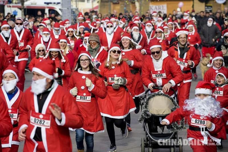 当地时间2016年12月18日,科索沃普里什蒂纳,民众参加圣诞老人跑步活动,为科索沃贫困家庭筹款。
