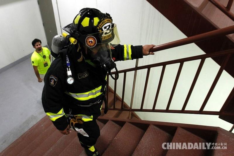 当地时间2016年10月16日,智利圣地亚哥,消防员徒步攀登1800台阶,登上南美最高大厦  科斯塔内拉中心塔(Costanera Center Tower),鼓励民众捐献器官。据悉将有超过500消防员志愿者将攀登此高楼。