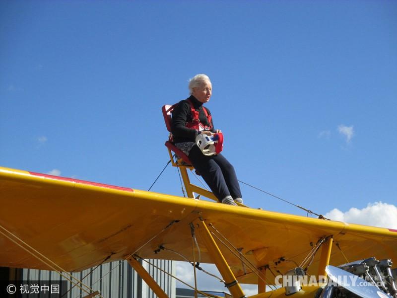 """2016年9月23日,英国,87岁老妇Betty Bromage做慈善在格洛斯特郡机场挑战""""机翼行走  """"。Betty Bromage住在切尔滕纳姆的一家养老院,年轻时是名护士,预防起见,挑战""""机翼  行走""""时她使用了护颈支架。她将筹集的所有资金捐赠给空中救护慈善。"""