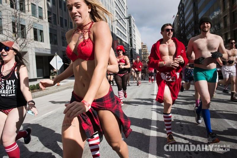 """当地时间2016年2月13日,美国华盛顿,人们穿着情人节主题内衣参加""""丘比特赛跑"""",  为慈善组织募款。当天华盛顿的最高温度仅为-6.6摄氏度。"""
