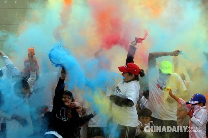 当地时间2015年2月22日,危地马拉危地马拉城,约1500人参加彩色跑,为慈善机构募款。
