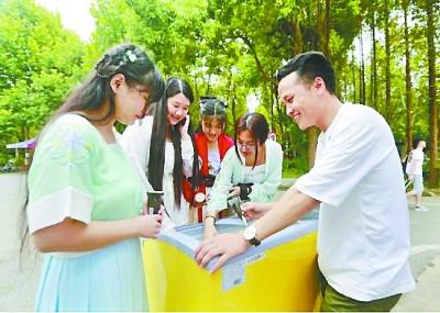 武汉:创业学长派发6000支冰淇淋迎