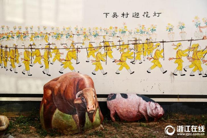 """9月12日讯,浙江省金华市塘雅镇下吴村不少民宅和道路两旁的景观石上都画上了栩栩如生的动物3D彩绘。灵动可爱的十二生肖、色彩斑斓的开屏孔雀、憨态可掬的大熊猫……漫步村落,让人仿佛置身于""""动物园""""。下吴村和奇石文化有渊源,村里就地取材用奇石装点村落。目前首批彩绘共有大大小小石头92块,未来还将建造石头彩绘体验馆,增加更多游玩趣味。浙江在线记者 王夷 王建龙 摄 图片来源:浙江在线"""