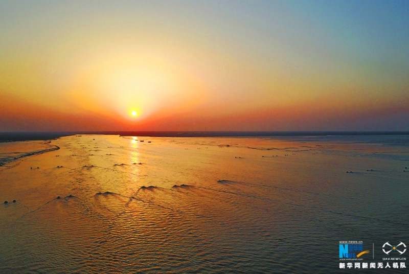 夕阳洒满无银的滩涂。新华网 陈国远摄