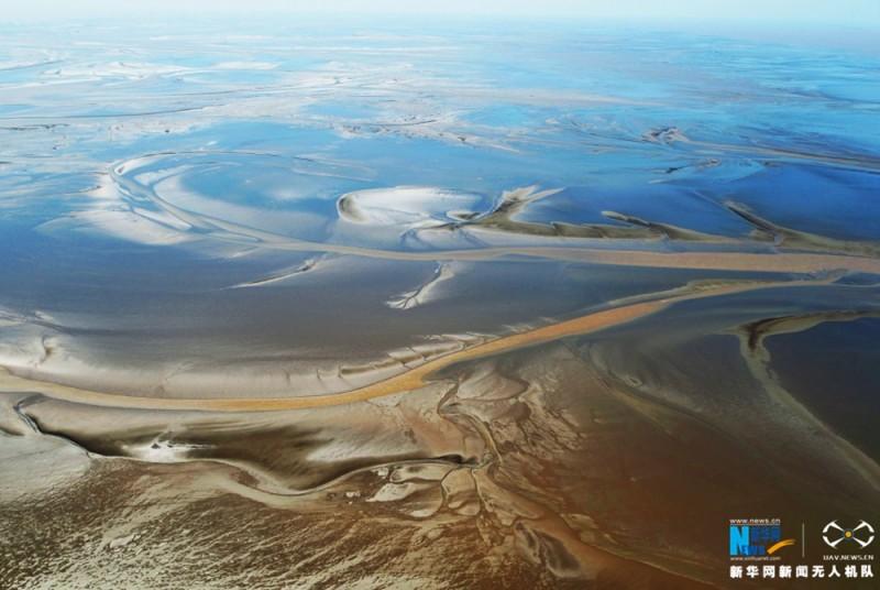 图为色彩斑斓的湿地滩涂,广袤无垠。新华网 陈国远摄