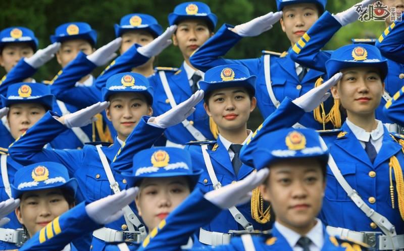 靓丽高挑的外表,整齐统一的着装,女子国旗班是西南大学一道独特的风景。女子国旗班  于2007年成立,今年是第十届。学生们来自不同学院,正念大二或大三,大长腿、肯吃苦是 她们共同的特点。