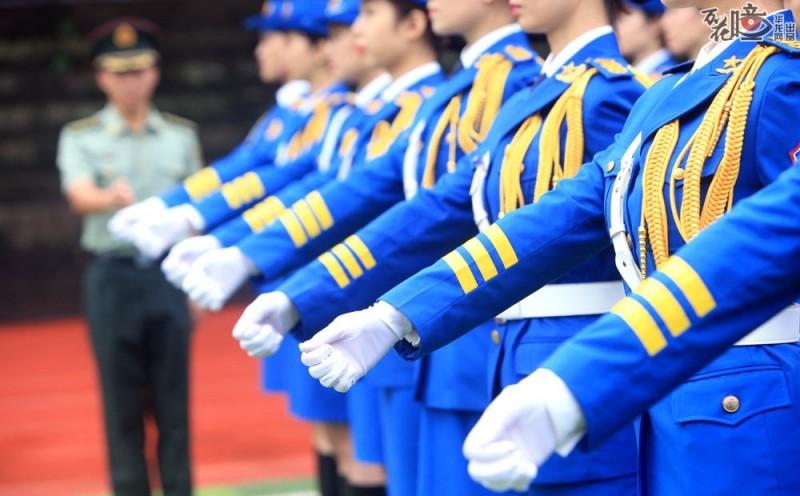站军姿、摆手臂、踏正步……看似简单,但要把每个动作都做到位,还得整齐划一,实属  不易。训练过程中,学生们深知台上一分钟,台下十年功,只有不抛弃,不放弃,才能把女  子国旗班最好的一面展示出来。