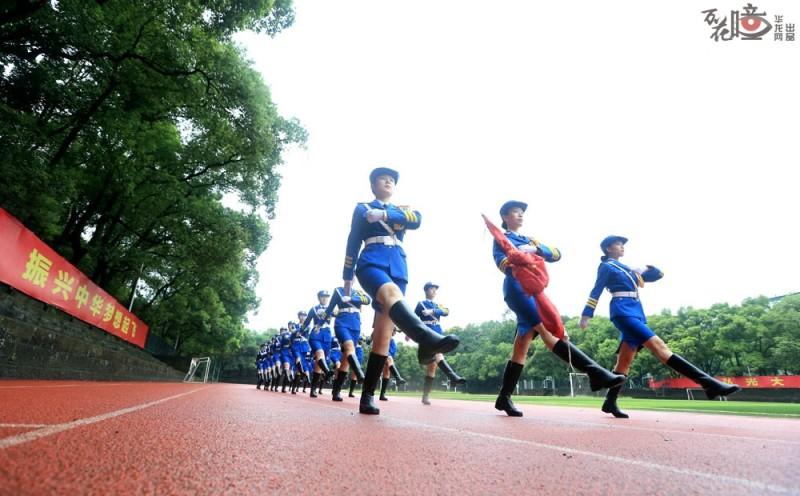 下雨天,训练场地的跑道很湿滑,国旗班的学生们仍全身心投入到训练中。