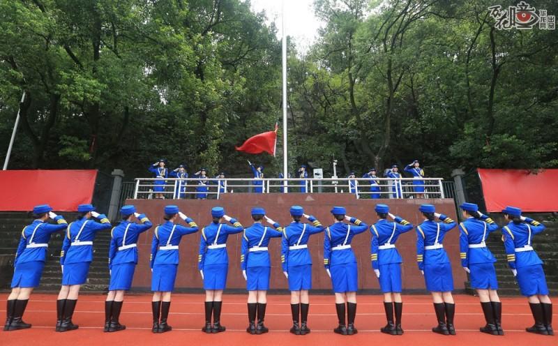 每次学校举行重大活动,女子国旗班都是一道亮丽的风景。伴随慷慨激昂的国歌声,升旗  手动作标准地升起国旗,其他队员敬礼注视国旗冉冉升起。
