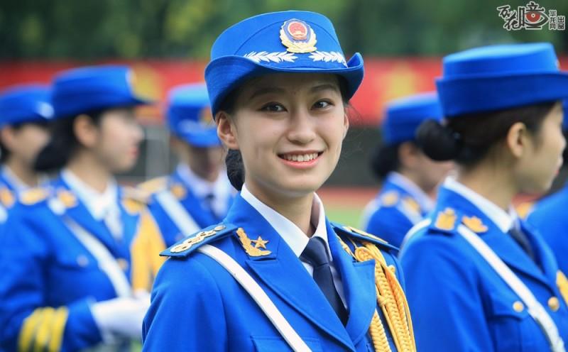 休息的时候,一名女学生对着镜头留下了美丽的微笑。