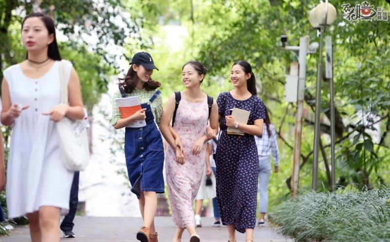 生活中的国旗班学生们是一群开朗向上、阳光时尚的女孩,再繁忙的训练课程也不会使她们耽误学习。