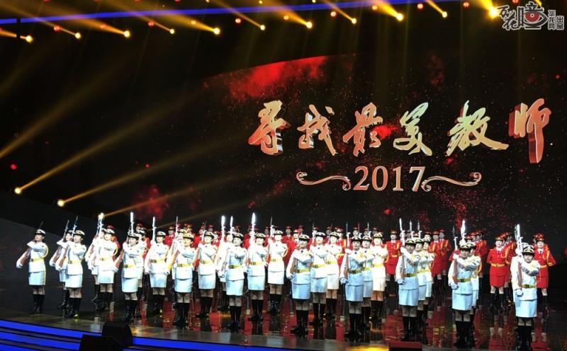 今年8月下旬,新老国旗班的90名学生前往北京,应邀参加由教育部、中央电视台主办的  《2017寻找最美教师》大型公益活动颁奖典礼的录制。她们身着红白两种颜色的军装,进行  开场节目《致敬最美》的表演,完成队列进行、穿插,敬礼、转枪、流水劈枪等高难度动作  表演,并向全国教师和教育工作者致以节日的问候。