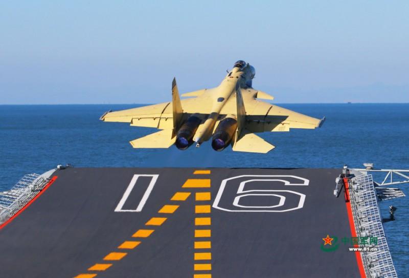歼-15舰载机在辽宁舰上滑跃起飞。查春明摄影