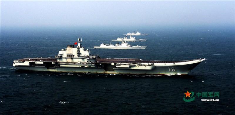 2013年12月23日,辽宁舰在南海某海域,首次进行了以该舰为核心的编队航行训练。李靖摄影