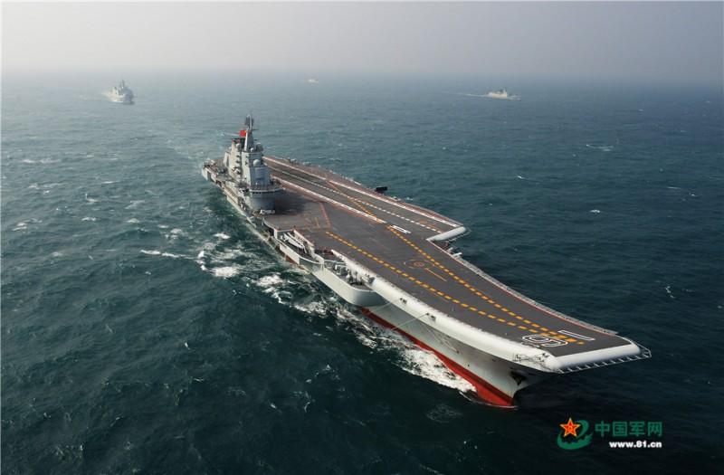 进行航母编队航行训练的辽宁舰。李靖摄影