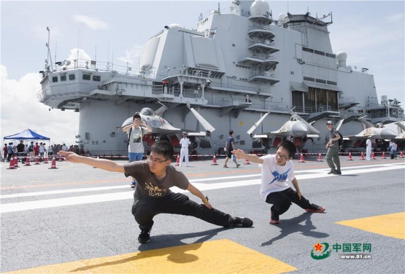 网友在辽宁舰上参观时,纷纷摆出航母Style的姿势留影纪念。