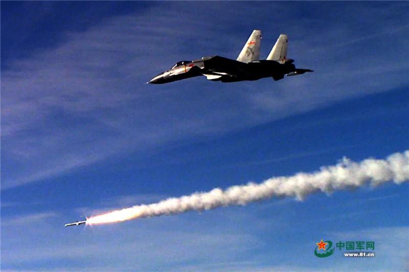 歼-15舰载战斗机发射导弹(视频截图)