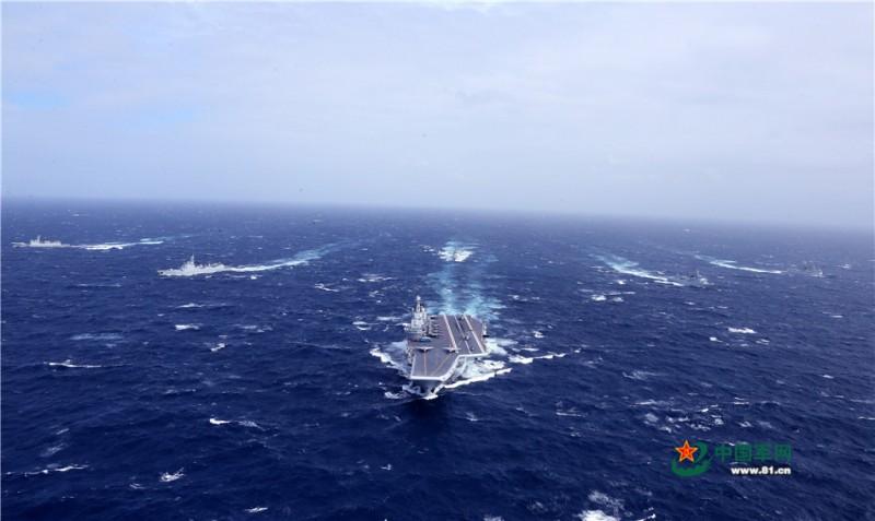 中国海军航母编队在海上航行。莫小亮摄影