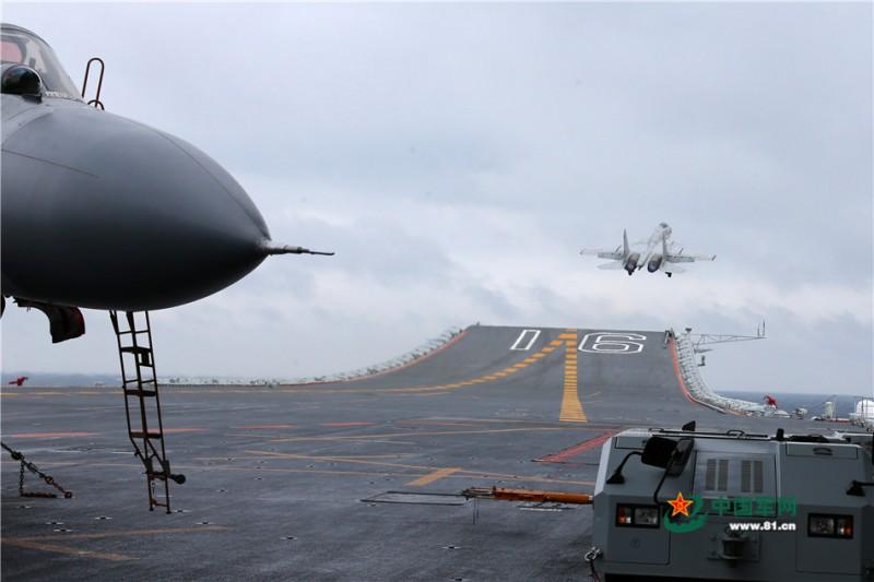 歼-15舰载战斗机滑跃起飞。莫小亮 摄