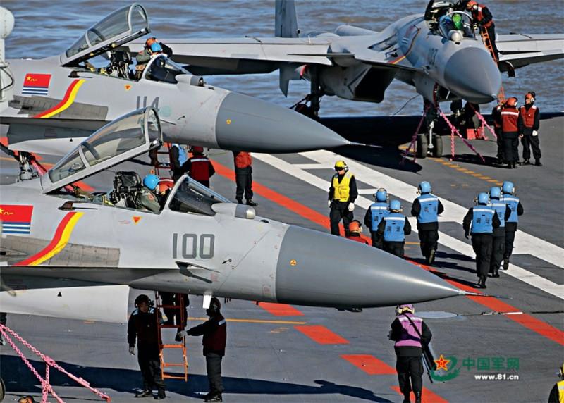 歼-15舰载战斗机滑跃起飞前,大批航空保障人员为之忙碌。