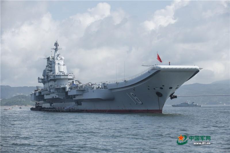这是2017年7月9日拍摄的锚泊在海上的辽宁舰。刘昀摄影