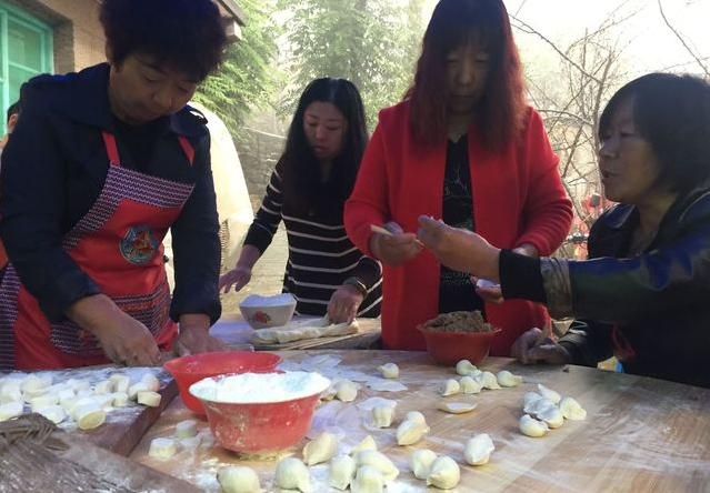 这里的婚宴不设席,院子里支起三口大锅,一锅焖米,一锅烩菜,一锅汤饺。做饭前,村民们会根据主家提供的客人数,预估食材的数量。焖多少大米、捏多少饺子,对于村子里掌勺大锅饭的老人来讲不是件难事。但每次喜事都会稍稍多做一些,对于农村人来说大锅饭剩下比不够吃重要,这关乎脸面问题,不能让客人觉得小气。