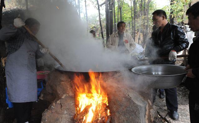 上午10时,食材全部准备就绪,柴火将锅灶点燃,大锅饭拉开序幕。每个村子里都专门留有办喜事所需的大锅、大铲、大盆,也专门有做饭的几人团队。大锅饭的掌勺需要功夫,大米的软硬、烩菜的咸淡、汤饺的稀稠,客人们的吃相就是对掌勺大师傅的评价,因此各村无形中都在暗中较劲,都希望自己村子里的大锅饭声名远扬被人称赞。