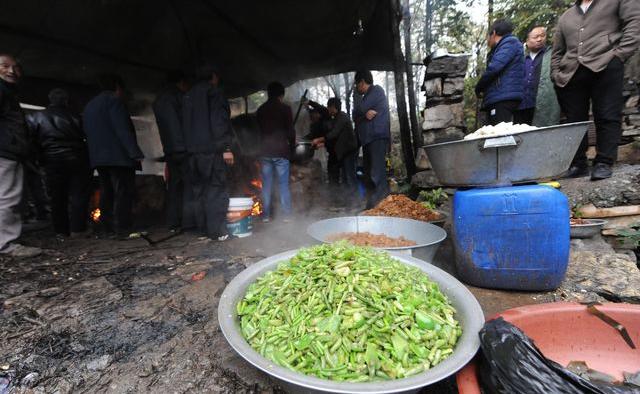 """豆角、西红柿、茄子、粉条、土豆、蘑菇、青椒、豆腐、西葫芦、猪肉、豆芽……大锅饭的烩菜种类繁多。炒好的一样先盛出来,再炒另一样,大锅饭烩菜比饭店烩菜好吃的区别就是柴火铁锅慢炖,整个过程持续近两个小时才能完成。""""现在都是时令蔬菜,价位都比较低,300客人的饭菜有五千元足够了,冬天就要比这再贵一些。""""掌勺大师傅介绍说,这一锅饭最贵的要数猪肉,办喜事需要一头200斤左右的猪,光猪肉就得2000多元。"""