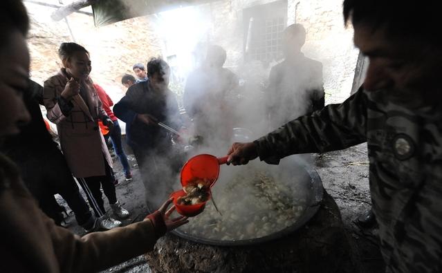 饺子和烩菜大米同时开锅,有的客人先吃饺子,有的先吃大米,掌勺大师傅手拿大勺站在锅边依次为客人们浇菜舀汤。很多从城市里来的客人,纷纷被这样的场面所震撼,直呼这是见过最好的婚宴,没有大鱼大肉,客人们却吃得特别兴奋。