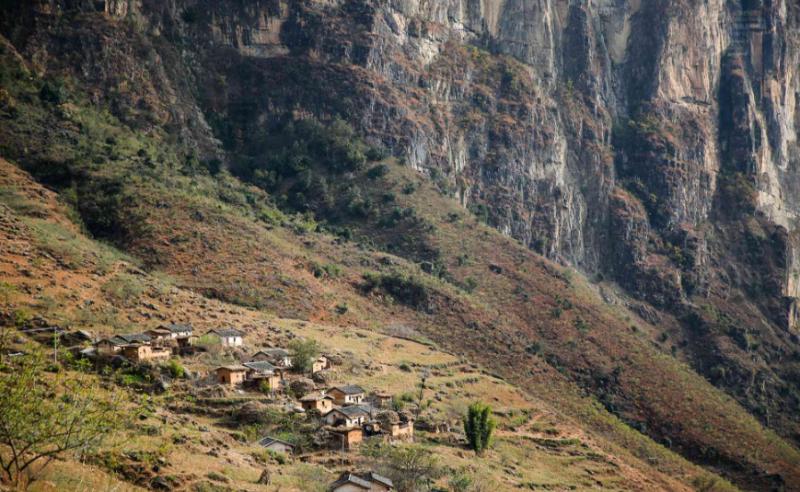 """阿布洛哈村,在彝语里意为""""深山里的谷地"""",位于四川省凉山彝族自治州布拖县乌依乡。金沙江的支流西溪河穿行而过,阿布洛哈村则在峡谷深处。在2008年前这里被称作""""麻风村""""或""""麻风病康复村""""。目前村里有69户,220人。其中有36位麻风病康复者,其余为麻风病康复者的后代。摄影报道/车怡岑 来源:腾讯公益"""