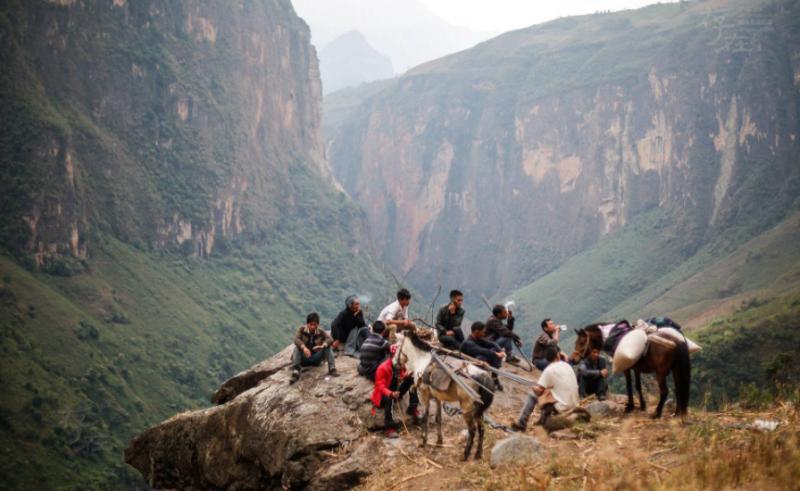 过了西溪河之后,吉地石日和村民们继续把物资运进村里,上山途中休息。阿布洛哈村共有四组,分布在不同的山头,山路陡峭峻险。因为引水工程的水池建造点分布在不同的组,所以他们要翻过几个山头,将物资运送到不同的组里去。