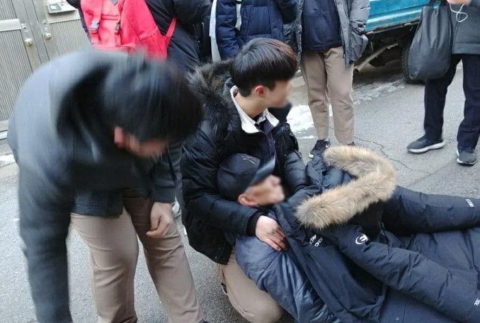 韩国3名初中生扶起晕倒老人