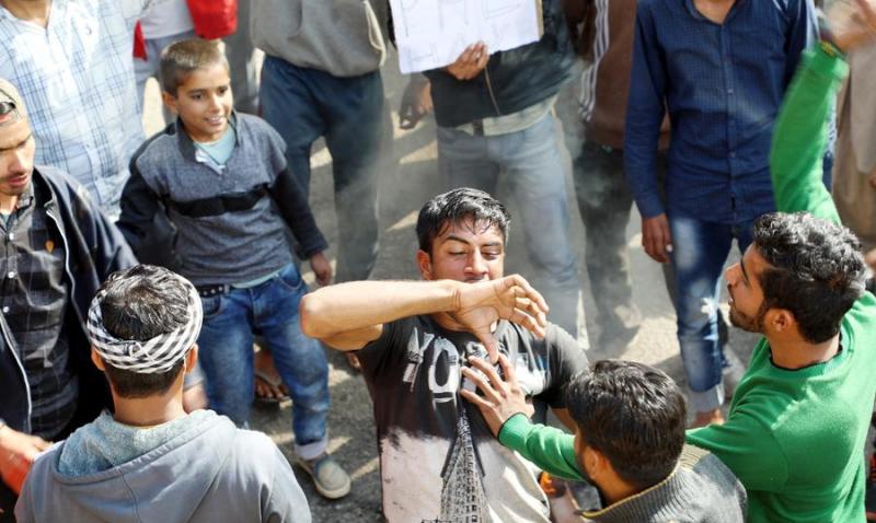 印度民众举水桶示威要求享