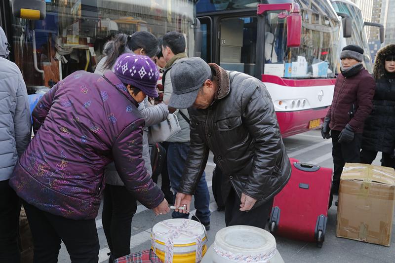中国平安联合中华社会救助基金会发起的一路平安让爱回家公益行动正式发车图片