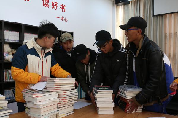 中山大学研支团捐赠林芝一中近千册图书
