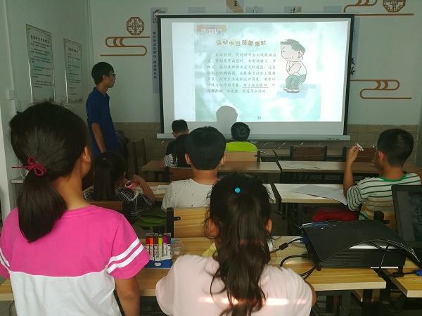 河南理工大学生教孩子安全知识
