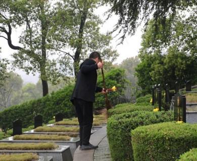 父子接力守护烈士陵园60多年