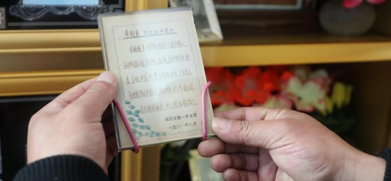 在烈士陵园工作期间,梅立新发现,因为年代久远,大多数烈士牺牲时的资料比较简单,只有寥寥几笔,有的甚至连出生日期都不齐全。为了丰富烈士事迹,梅立新花了两年时间,通过走访烈士生前单位,询问家属,自制并发放烈士事迹调查问卷等方式,收集烈士的有关信息,完成了近400份烈士事迹资料,给烈士建立档案。很多烈士骨灰盒里存放的,都是梅立新手写的事迹材料。