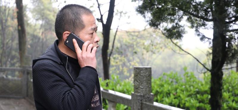 """""""有一位烈士家属是武汉的,每一年都是开车过来,到的时候一般都晚上八九点了。他们提前给我打电话,我就在这里等着。""""三十余年的守护,梅立新和烈士家属都渐渐熟识了。了解到不少家属是外省的,来一趟不容易,梅立新就把自己的电话贴在门上,家属一个电话,他就随叫随到。"""