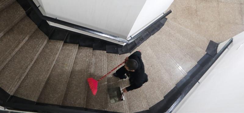 存放骨灰的英烈堂,他每天都要上上下下走几遍,逐一打扫擦拭。家属在祭扫完离开时,都会对梅立新表示感谢。