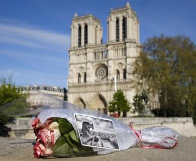 法国民众共同为巴黎圣母院祈福