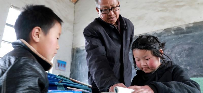 8岁男孩邵存宇和9岁女孩邵婉玉都是留守儿童,平时随爷爷奶奶生活。他们的家距离青龙小学有5里路,加上老人接送不方便,于是选择就近入学。