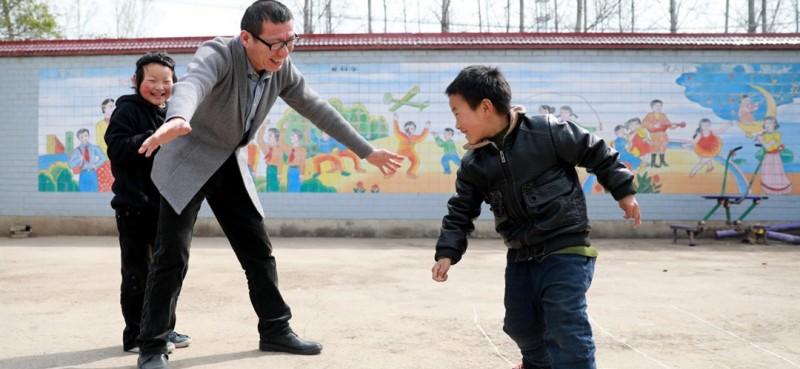 """语文老师叫王峰,今年48岁,2018年作为支教老师来到这里工作。""""下半年这两名学生就要转入青龙小学就读,学校是否安排一、二年级等低龄儿童到这里就近入学,教学点是否保留都是未知数。""""王峰说,""""作为一名支教老师,我愿意扎下根来为这些乡村孩子们服务。"""