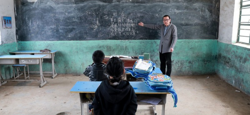 3月26日,王峰老师为学生邵存宇和邵婉玉上语文课。