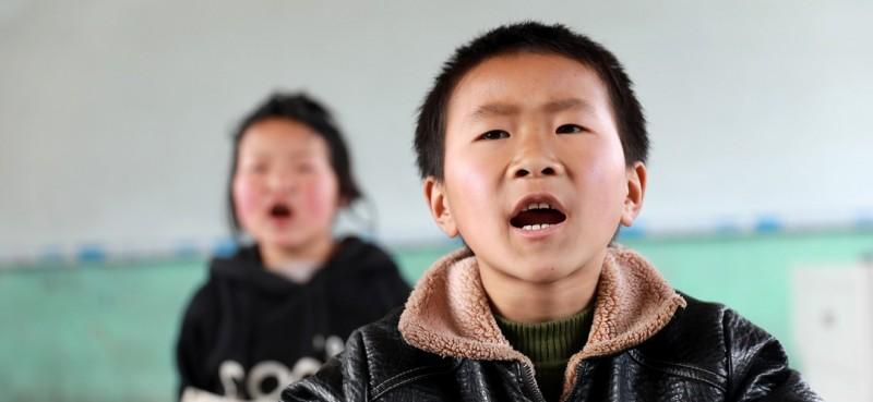 3月26日,邵存宇和邵婉玉在教室内上课。