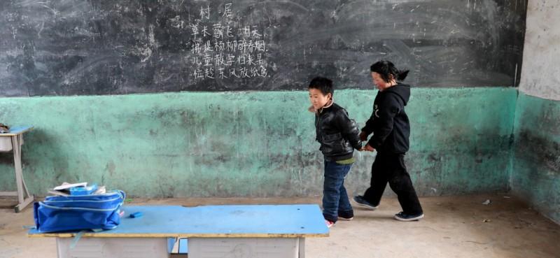 3月26日,课间休息时,邵存宇和邵婉玉在教室内玩游戏。